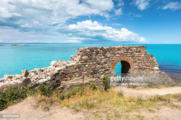 sozpol, bulgaria - juny 2017: ruins of an ancient fortress by the sea - bulgarien stock-fotos und bilder