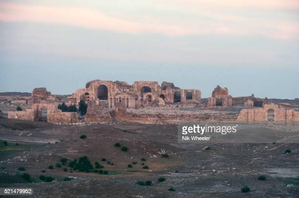 ruins of ancient parthian city of hatra, iraq - イラク ストックフォトと画像