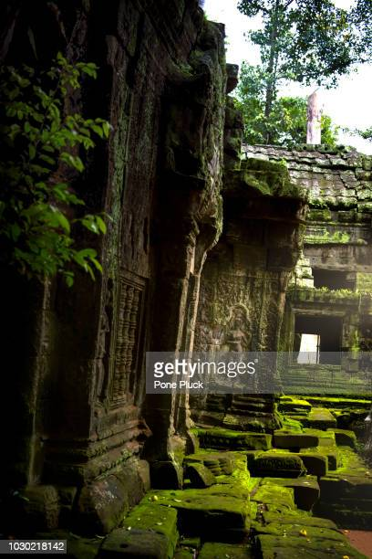ruins of angkor wat - old ruin stock pictures, royalty-free photos & images