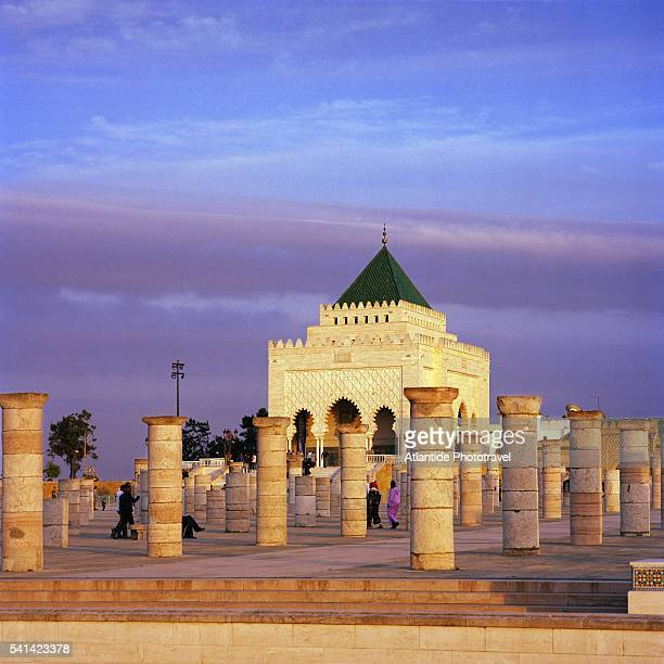 ruins of columns in front of the mausoleum of mohammed v - ラバト ストックフォトと画像