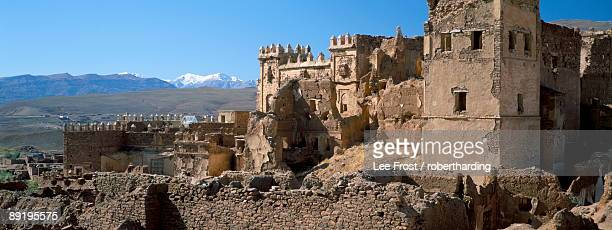 ruins of glaoui kasbah at telouet, with snow capped high atlas mountains in distance, telouet, morocco, north africa, africa - telouet kasbah photos et images de collection
