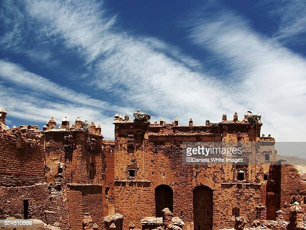 ruins of glaoui palace with storks nesting - telouet kasbah photos et images de collection
