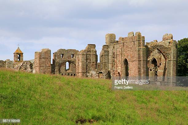 ruins of lindisfarne abbey and church, holy island - klooster stockfoto's en -beelden