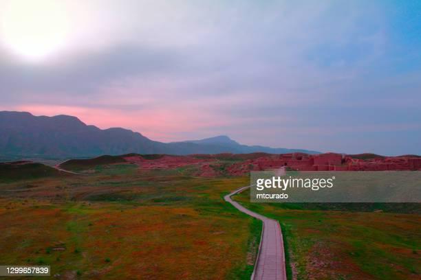山を背景にした旧ニサ遺跡、トルクメニスタン - 古代パルティアの都市 - シルクロード ストックフォトと画像