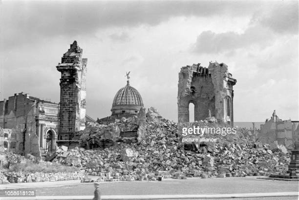Ruins of the Dresden Frauenkirche In the background is the dome of the Dresden Academy of Fine Arts Date unknown Photo Deutsche Fotothek / Richard...