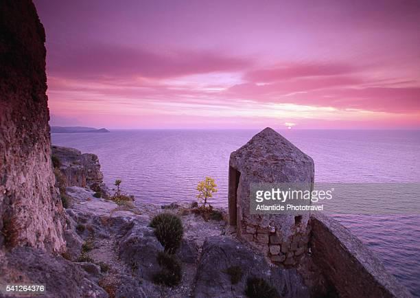 ruins of the wall in upper town - monemvasia - fotografias e filmes do acervo