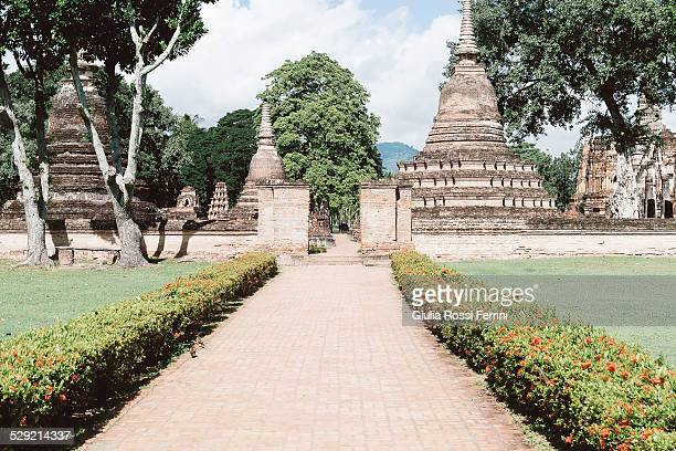 ruins - thailandia stock photos and pictures