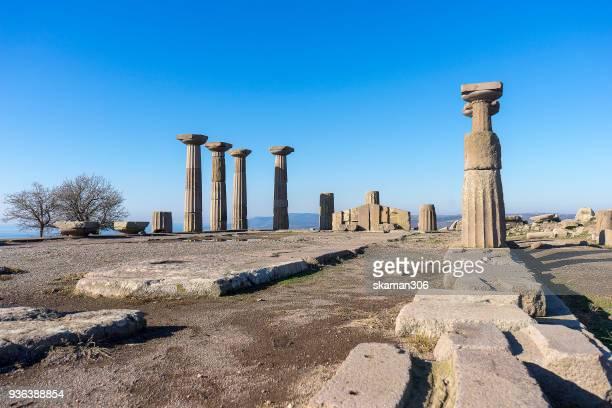 ruins temple of athena at ancient city of assos. behramkale, canakkale - diosa atenea fotografías e imágenes de stock