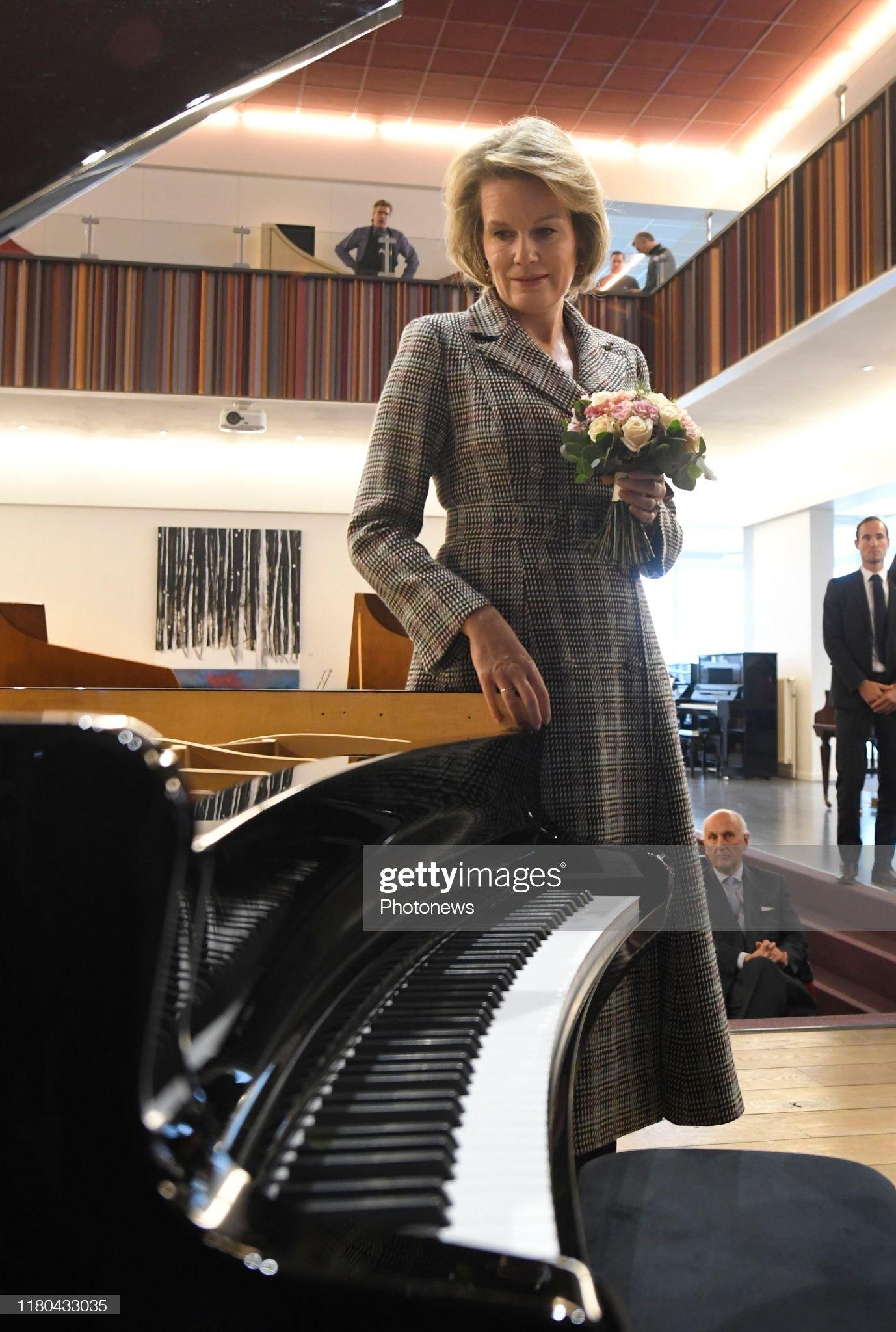 ruiselede-belgium-november-6-2019-bezoek-aan-pianos-maene-visite-picture-id1180433035