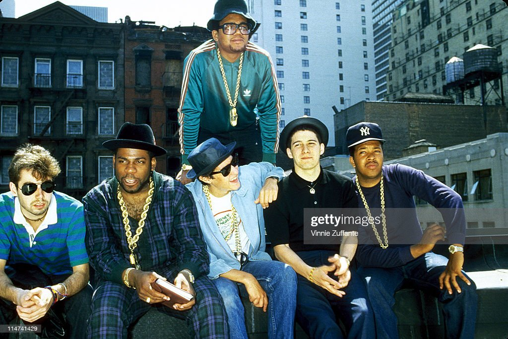 Run DMC and The Beastie Boys on a rooftop in Hell's Kitchen, NYC announcing a Co-headlining tour in the summer of 1985 : Fotografía de noticias