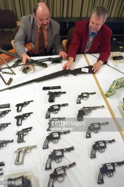 Rund 100 bei einem Ehepaar im Großraum Hannover von Polizisten sichergestellte Waffen werden am 1.10.1998 beim Landeskriminalamt Niedersachsen in...