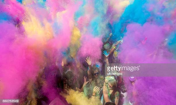 Rund 10000 vorwiegend weiß gekleidete Menschen pilgern auf das Saarbrücker Messegelände und feiern das erste Holy Festival of Colours im Saarland Die...