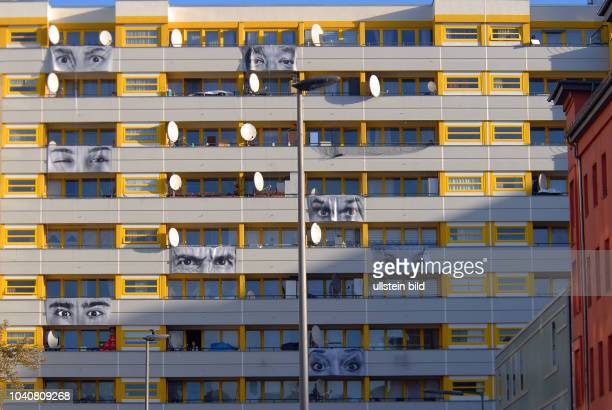 Rund 20 GrossfotoPlakate von Mietern im Zentrum Kreuzberg sind an der Fassade an ihrem Balkon montiert Sie schauen symbolisch auf den Kotti Hinter...