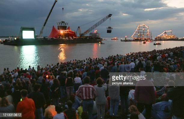 """Rund 20000 Zuschauer warten am 24.8.1996 am Weserdeich in Bremerhaven vor einer schwimmenden Bühne auf den Auftritt der Rockgruppe """"Scorpions"""". Die..."""