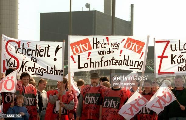 Rund 50 Beschäftigte von Wach und Sicherheitsdiensten demonstrieren am 941997 vor dem Kernkraftwerk Brunsbüttel gegen den Tarifabbau durch den...