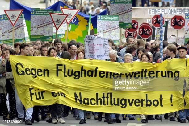 Rund 6000 Demonstranten ziehen am durch die Wiesbadener Innenstadt zum Landtag Sie protestieren gegen den geplanten Ausbau des RheinMainFlughafen und...
