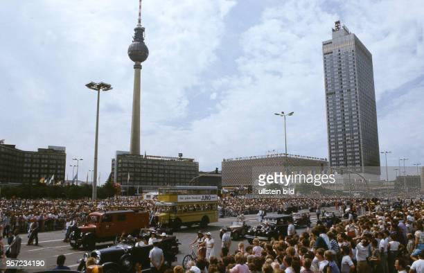 Rund 700000 OstBerliner verfolgen am an der KarlLiebknechtStraße den Umzug zum 750jährigen Jubiläum der Stadt Berlin Hier ziehen historische...