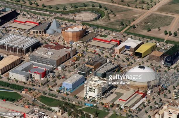 Rund drei Wochen vor Beginn der Weltausstellung Expo 2000 in Hannover sind die europäischen Länderpavillons so gut wie fertig. Das Luftbild vom...