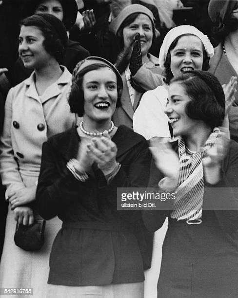 """Rund um die Arena bei einem Stierkampf"""" - zwei junge Frauen freuen sich und klatschen Beifall- 1930er JahreFotografie: Martin Munkacsy"""