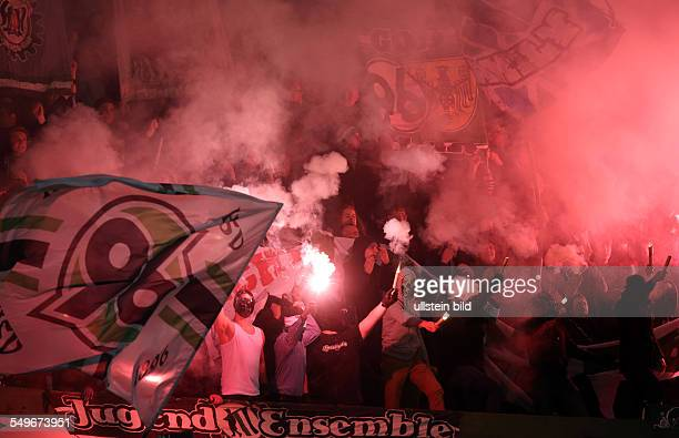 2 Runde Saison 2012/2013 Fans Hannover 96 Fankurve Rauch Qualm Pyrotechnik Bengalos bengalische Feuer Randale Hannover 96 Dynamo Dresden Sport...
