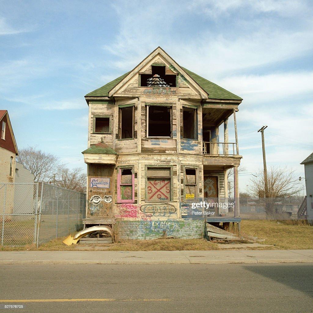 A run-down, abandoned house with graffiti on it, Detroit, Michigan, USA : Stock Photo