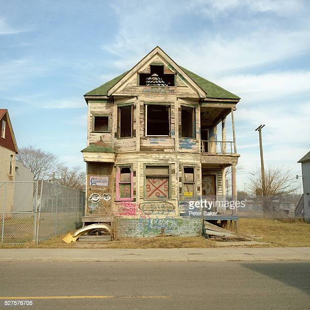 a run-down, abandoned house with graffiti on it, detroit, michigan, usa - desaparecidos imagens e fotografias de stock