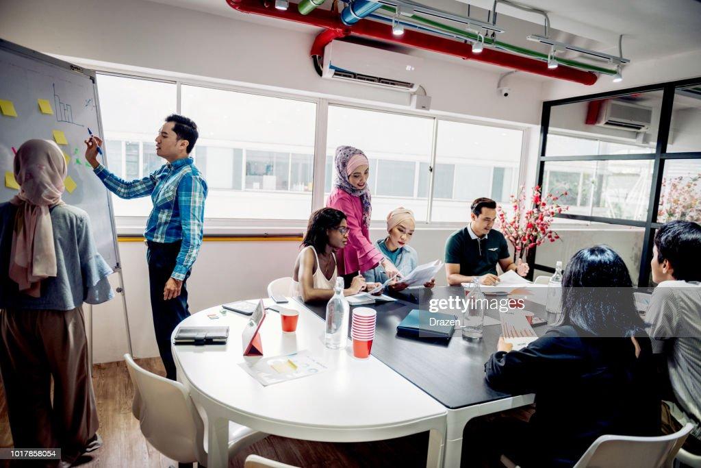 Reunion Daffaires Dans Une Entreprise En Demarrage High Res Stock Photo Getty Images