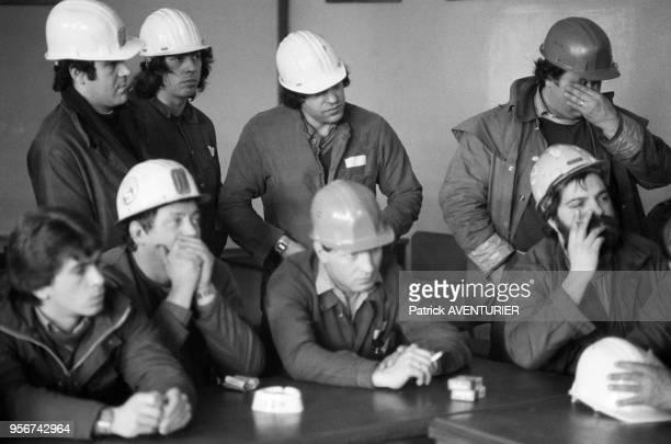 Réunion d'ouvriers de la sidérurgie autour d'un représentant syndical après l'annonce de 16000 licenciements dans la sidérurgie Longwy le 4 avril...