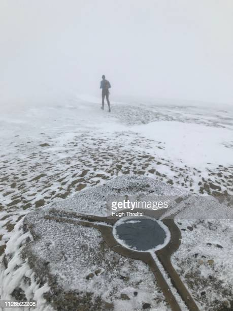 runner at the summit of mam tor hill near castleton in the high peak district, derbyshire, uk - hugh threlfall stock pictures, royalty-free photos & images