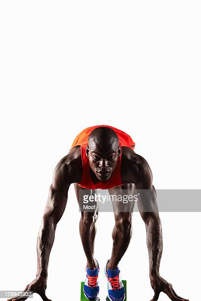 runner crouched at starting line - training course stockfoto's en -beelden
