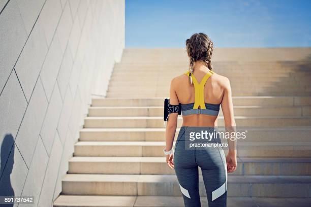 Läufer-Mädchen bereitet sich auf die Stadt über eine Treppe