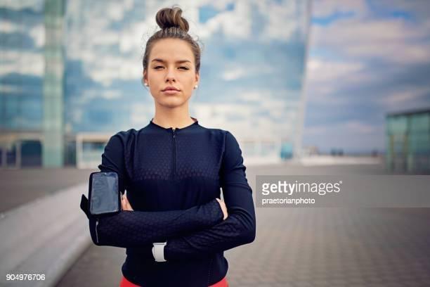 chica corredor descansa a lo largo de la playa después de un largo recorrido - musculoso fotografías e imágenes de stock