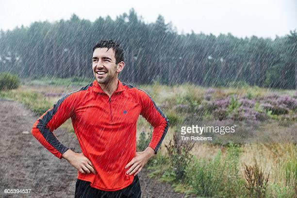 runner in heavy rain. - solo adulti foto e immagini stock