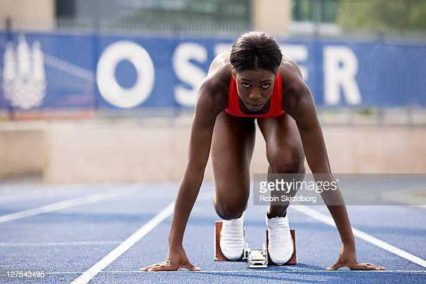 runner in start block on track - sporttrack stockfoto's en -beelden