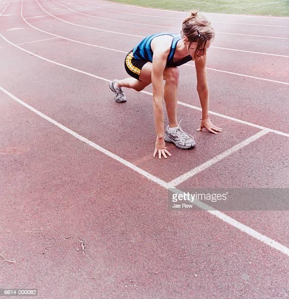 runner in starting position - línea de salida fotografías e imágenes de stock