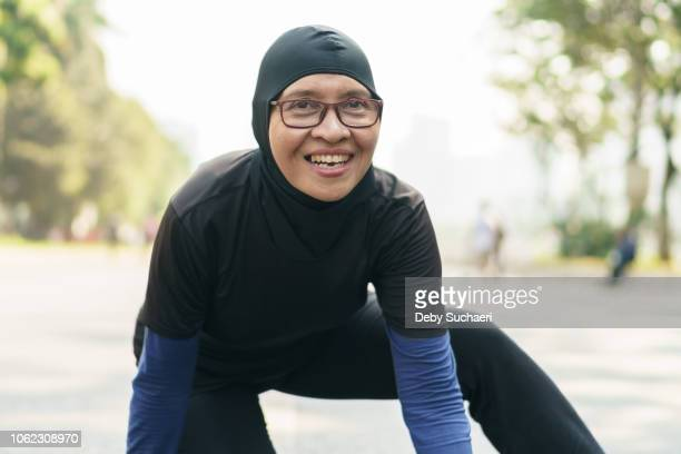 woman wearing sport hijab with big smile - ポジティブなボディイメージ ストックフォトと画像