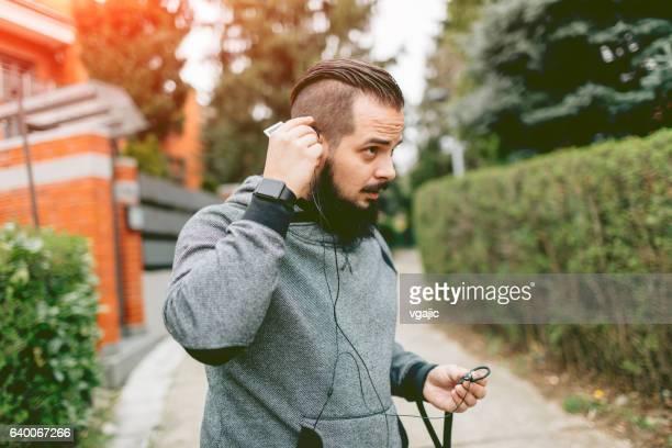 läufer hören musik. - langärmlig stock-fotos und bilder