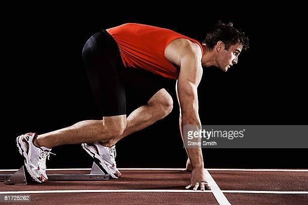 runner on race track at his mark - atleta papel social fotografías e imágenes de stock