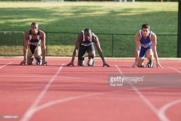 runner on race track preparing to start - 陸上競技大会 ストックフォトと画像