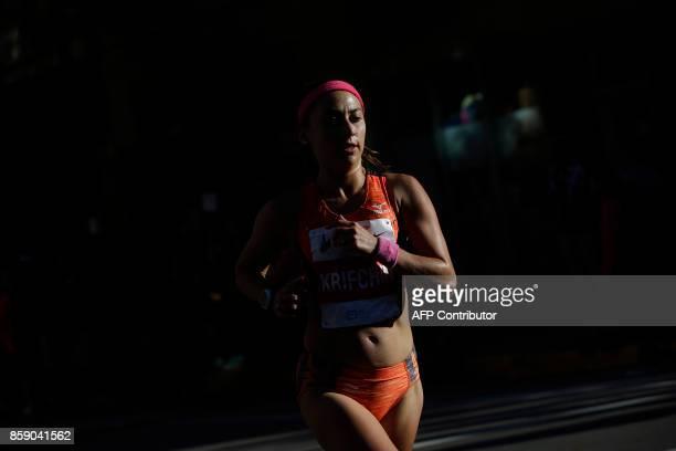 A runner participates in the Chicago Marathon on October 8 2017 in Chicago Illinois / AFP PHOTO / Joshua Lott