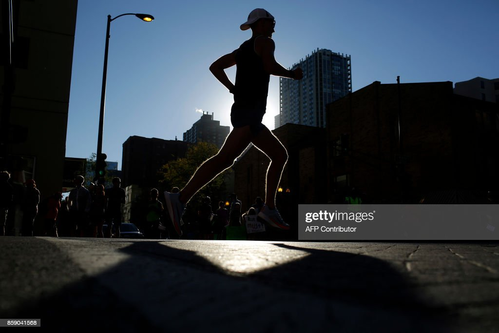 TOPSHOT - A runner participates in the Chicago Marathon on October 8, 2017 in Chicago, Illinois. / AFP PHOTO / Joshua Lott