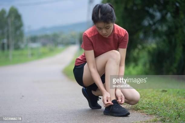 runner prepare shoe for start running - ligamento cruzado anterior fotografías e imágenes de stock
