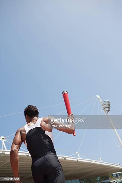 coureur jogging sur la piste avec torche - jeux olympiques photos et images de collection