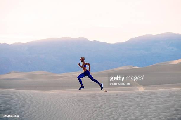 runner sprinting in desert, death valley, california, usa - sprint stockfoto's en -beelden