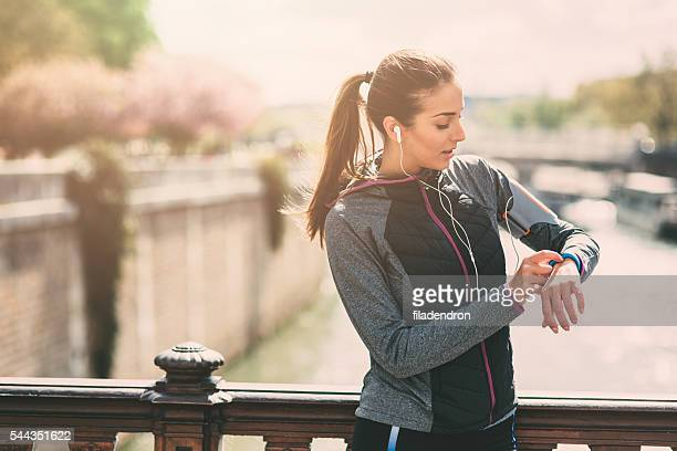 runner using smart watch - activiteit stockfoto's en -beelden