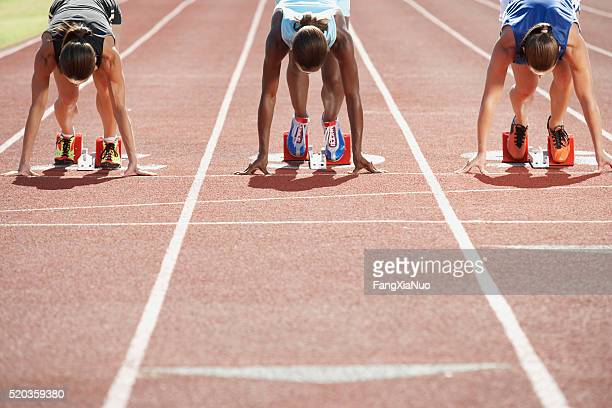 runners in starting blocks - rennen stockfoto's en -beelden