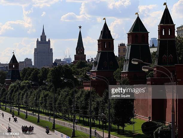 Runners make their way past The Kremlin in the Men's Marathon during Day Eight of the 14th IAAF World Athletics Championships Moscow 2013 at Luzhniki...