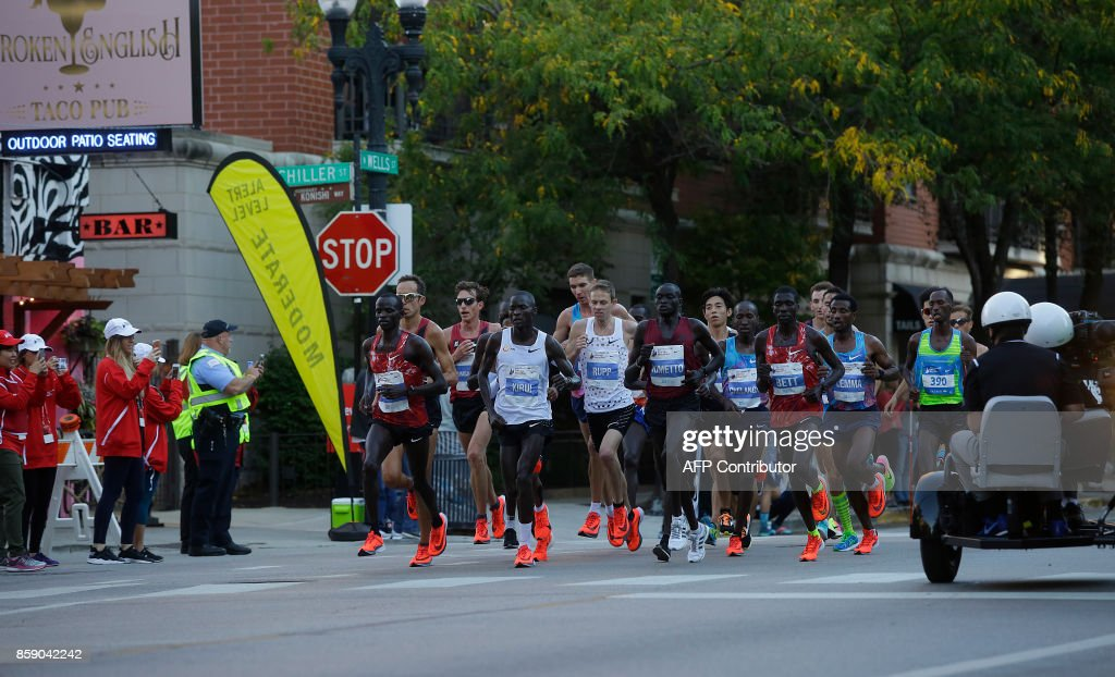 Runners participate in the Chicago Marathon on October 8, 2017 in Chicago, Illinois. / AFP PHOTO / Joshua Lott