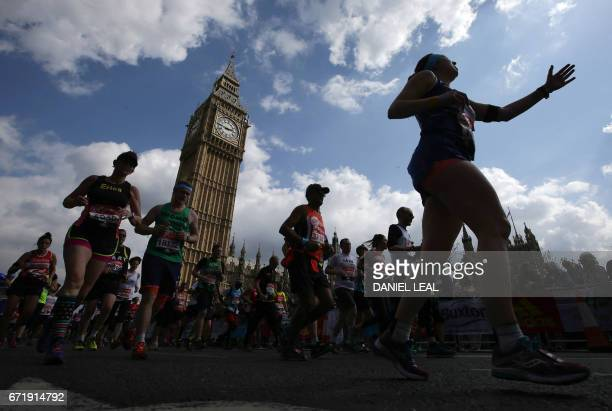 TOPSHOT Runners pass Big Ben and the Houses of Parliament during the London Marathon in London on April 23 2017 / AFP PHOTO / Daniel LEALOLIVAS