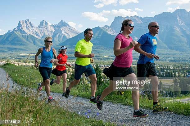 runners race along path, in mountains - cinq personnes photos et images de collection